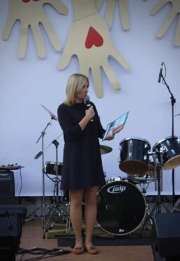 Zdjęcie, konferansjer zapowiadający koncert, w tle perkusja