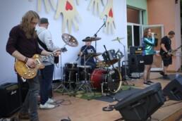 Zdjęcie, zespół rockowy na scenie w trakcie koncertu
