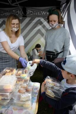 Zdjęcie, kobieta z puszką przyjmuje pieniądze od dziecka