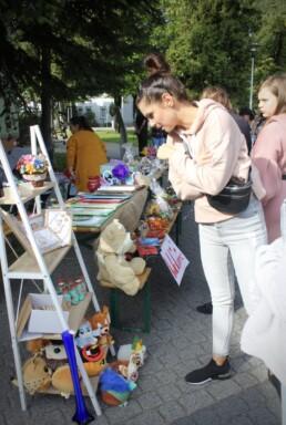 Zdjęcie, kobietą oglądająca stoisko z rękodziełem
