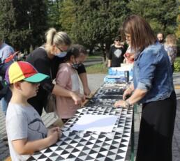 Zdjęcie, prowadząca i uczestnicy warsztatów z linorytu