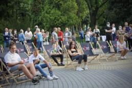 Zdjęcie, publiczność na leżakach ogląda koncert