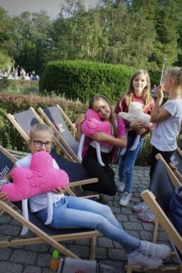 Zdjęcie, dziewczynki pozujące do zdjęcia - trzymają różowe chmurki