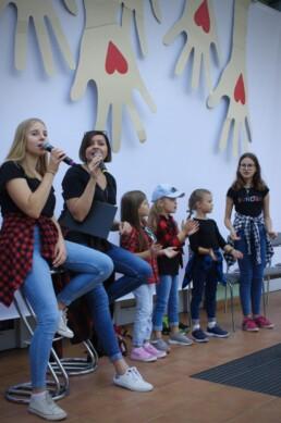 Zdjęcie, grupa dzieci i młodzieży śpiewająca w czasie koncertu
