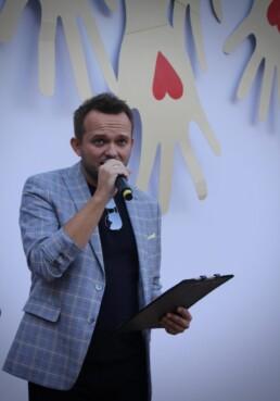 Zdjęcie, mężczyzna śpiewający w czasie koncertu