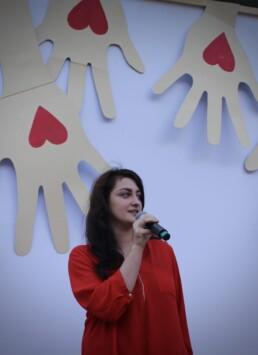 Zdjęcie, kobieta śpiewająca w trakcie występu