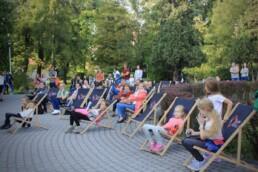 Zdjęcie, publiczność w trakcie koncertu siedząca na leżakach