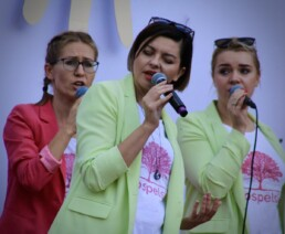 Zdjęcie, 3 śpiewające kobiety w trakcie koncertu