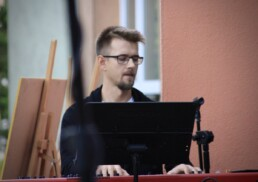 Zdjęcie, muzyk grający na keybordzie w trakcie koncertu