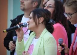 Zdjęcie, śpiewająca solistka, w tle zespół