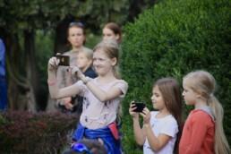 Zdjęcie, 3 dziewczynki robiące zdjęcia smartfonem