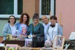 Zdjęcie, grupa kobiet pozujących przy stole pełnym rękodzieła