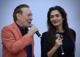 Zdjęcie, wokaliści - kobieta i mężczyzna - w trakcie występu