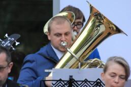 Zdjęcie, muzyk orkiestry grający na tubie