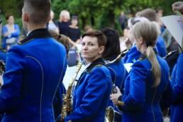Zdjęcie, saksofonistka orkiestry spoglądająca w obiektyw