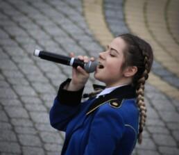 Zdjęcie, wokalistka w trakcie śpiewania