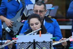 Zdjęcie, 2 muzyków orkiestry dętej w trakcie koncertu
