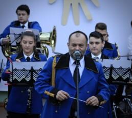 Zdjęcie, kapelmistrz orkiestry mówi do publiczności