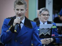Zdjęcie, śpiewający wokalista, w tle - orkiestra