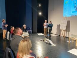 Zdjęcie, uczestnicy szkolenia w trakcie prezentacji pracy przed grupą