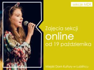 Grafika informacyjna; zdjęcie śpiewającej dziewczynki zmikrofonem iinformacja tekstowa ozajęciach online.