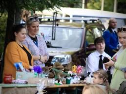 Zdjęcie, dwie kobiety i dziecko przy stole z rękodziełem