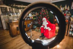 Zdjęcie, Mikołaj w trakcie wideorozmowy, postać umieszczona w okrągłej doświetlającej lampie