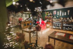Zdjęcie, zza szyby, pomieszczenie w którym Mikołaj odbywa wideorozmowy