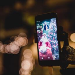 Zdjęcie_ekran smartfona, na którym widnieje św. Mikołaj