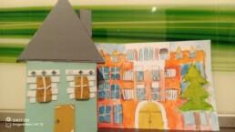 Zdjęcie, drewniany domek i rysunek przedstawiający kamienicę