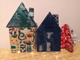 Zdjęcie, dwa drewniane domki wykonane przez dzieci