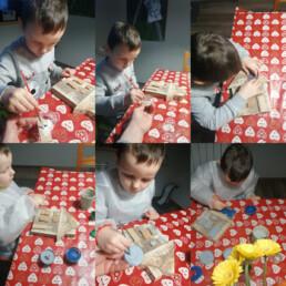 Zdjęcie, kolaż 6 zdjęć; każde zdjęcie pokazuje chłopca w kolejnych etapach malowania drewnianego domku