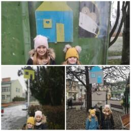 Kolaż 3 zdjęć; na każdym z nich dwie dziewczynki stoją przy drewnianych domkach umieszczonych w różnych miejscach miasta