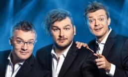 Zdjęcie_ Trzech mężczyzn z kabaretu, którzy mają zdziwione miny. Zbliżenie na twarze.